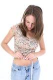 Mooie Jonge Vrouw die Metend Taille bevindt zich Stock Fotografie