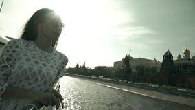Mooie jonge vrouw die in Moskou het Kremlin bekijken stock video