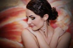 Mooie jonge vrouw die neer kijkt Royalty-vrije Stock Foto's