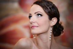 Mooie jonge vrouw die omhoog kijkt Royalty-vrije Stock Foto's