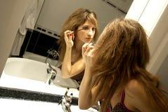 Mooie Jonge Vrouw die omhoog maakt Royalty-vrije Stock Foto's