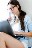 Mooie jonge vrouw die online winkelen royalty-vrije stock afbeelding