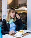 Mooie jonge vrouw die ontbijt eet royalty-vrije stock foto