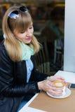 Mooie jonge vrouw die ontbijt eet royalty-vrije stock afbeelding