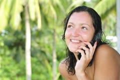 Mooie jonge vrouw die op cellphone spreekt stock afbeeldingen