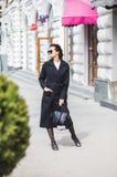 Mooie jonge vrouw die op de straat lopen die het winkelen doen royalty-vrije stock fotografie