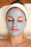 Mooie jonge vrouw die op massagelijst ligt royalty-vrije stock foto
