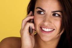 Mooie jonge vrouw die op mobiel spreekt. Stock Fotografie