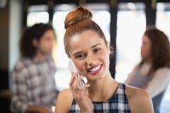 Mooie jonge vrouw die op telefoon in restaurant spreken Royalty-vrije Stock Foto