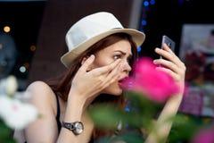 Mooie jonge vrouw die in openlucht in stad in de zomer lopen stock fotografie