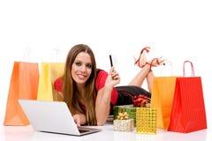 Mooie jonge vrouw die over Internet winkelt Stock Afbeelding