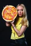 Mooie jonge vrouw die pizza eet Royalty-vrije Stock Foto