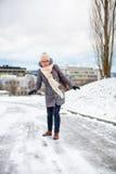 Mooie, jonge vrouw die problemen hebben die op ijzig lopen Stock Foto's
