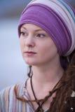 Mooie jonge vrouw die purper hoofddeksel draagt Royalty-vrije Stock Fotografie