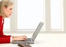 Mooie Jonge Vrouw die Rekeningen online betaalt Stock Afbeelding