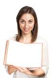 Mooie jonge vrouw die rood boek houden Royalty-vrije Stock Foto's
