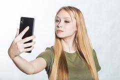 Mooie jonge vrouw die selfie op smartphone nemen stock foto