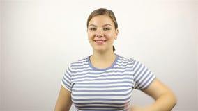 Mooie jonge vrouw die succesvolle Vingers tonen stock video