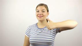 Mooie jonge vrouw die succesvolle Vingers tonen stock footage