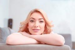 Mooie jonge vrouw die thuis ontspant royalty-vrije stock fotografie