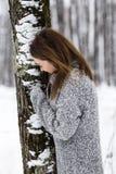 Mooie jonge vrouw die van de winter genieten stock foto