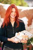 Mooie jonge vrouw die verse eieren kopen bij een landbouwbedrijf stock foto's