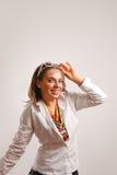 Mooie jonge vrouw die wit jasje draagt Stock Foto's