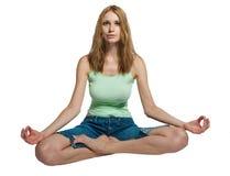 Mooie jonge vrouw die yogaoefening doet Royalty-vrije Stock Afbeeldingen