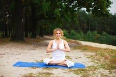 Mooie jonge vrouw die yogaoefening in een pari doet Stock Afbeelding