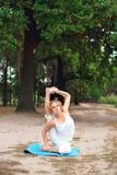 Mooie jonge vrouw die yogaoefening in openlucht doet Royalty-vrije Stock Fotografie