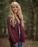 Mooie jonge vrouw die zich in openlucht bevindt Royalty-vrije Stock Fotografie
