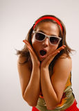 Mooie jonge vrouw die zonglazen draagt Stock Fotografie
