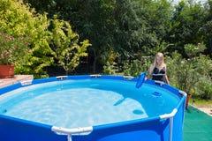 Mooie jonge vrouw die zwempak die uit één stuk dragen een fol schoonmaken Stock Afbeelding