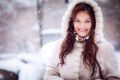 Mooie jonge vrouw in een bontjas Stock Fotografie