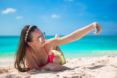 Mooie jonge vrouw een foto nemen zelf die op tropisch strand Royalty-vrije Stock Foto