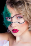 Mooie jonge vrouw in een groen geheimzinnig Venetiaans masker een nieuw jaar Carnaval, Kerstmismaskerade, een dansclub, geheim Royalty-vrije Stock Afbeeldingen