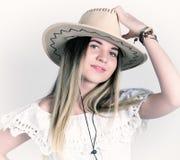 Mooie jonge vrouw in een kantkleding en een witte cowboyhoed royalty-vrije stock foto