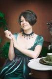 Mooie jonge vrouw in een kleding in retro stijlportret Vogue-Kleding in wijnoogst stock foto's