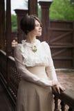 Mooie jonge vrouw in een kleding in retro stijlportret Vogue-Kleding in wijnoogst stock afbeelding