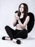 Mooie jonge vrouw in een kostuum van de donkere engel Royalty-vrije Stock Foto