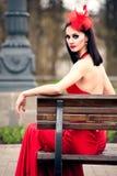 Mooie jonge vrouw in een rode kleding Stock Foto's