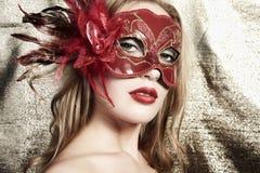 Mooie jonge vrouw in een rood geheimzinnig masker royalty-vrije stock foto's
