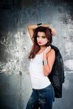 Mooie jonge vrouw in een rotsstijl Stock Foto's