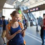 Mooie, jonge vrouw in een trainstation, die op haar trein wachten Royalty-vrije Stock Foto