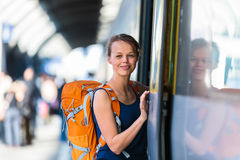 Mooie, jonge vrouw in een trainstation, die op haar trein wachten Stock Foto