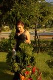 Mooie jonge vrouw in een tuin royalty-vrije stock afbeelding