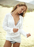 Mooie jonge vrouw in een wit overhemd royalty-vrije stock fotografie