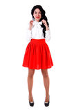 Mooie jonge vrouw in een witte blouse en een korte rode rok Royalty-vrije Stock Fotografie