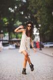 Mooie jonge vrouw in elegante hoed en zonnebril openlucht stellen Royalty-vrije Stock Foto