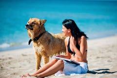 Mooie jonge vrouw en hond Royalty-vrije Stock Afbeeldingen